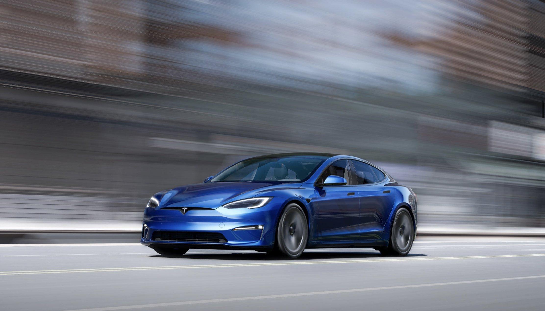По слухам, электрокар Tesla Model S стал самой быстрой серийной машиной на квотере: якобы лифтбек в версии Plaid преодолел 402 метра на калифорнийской дороге за 9,23 с, а скорость на финише составила 152,16 мили в час (244,88 км/ч).