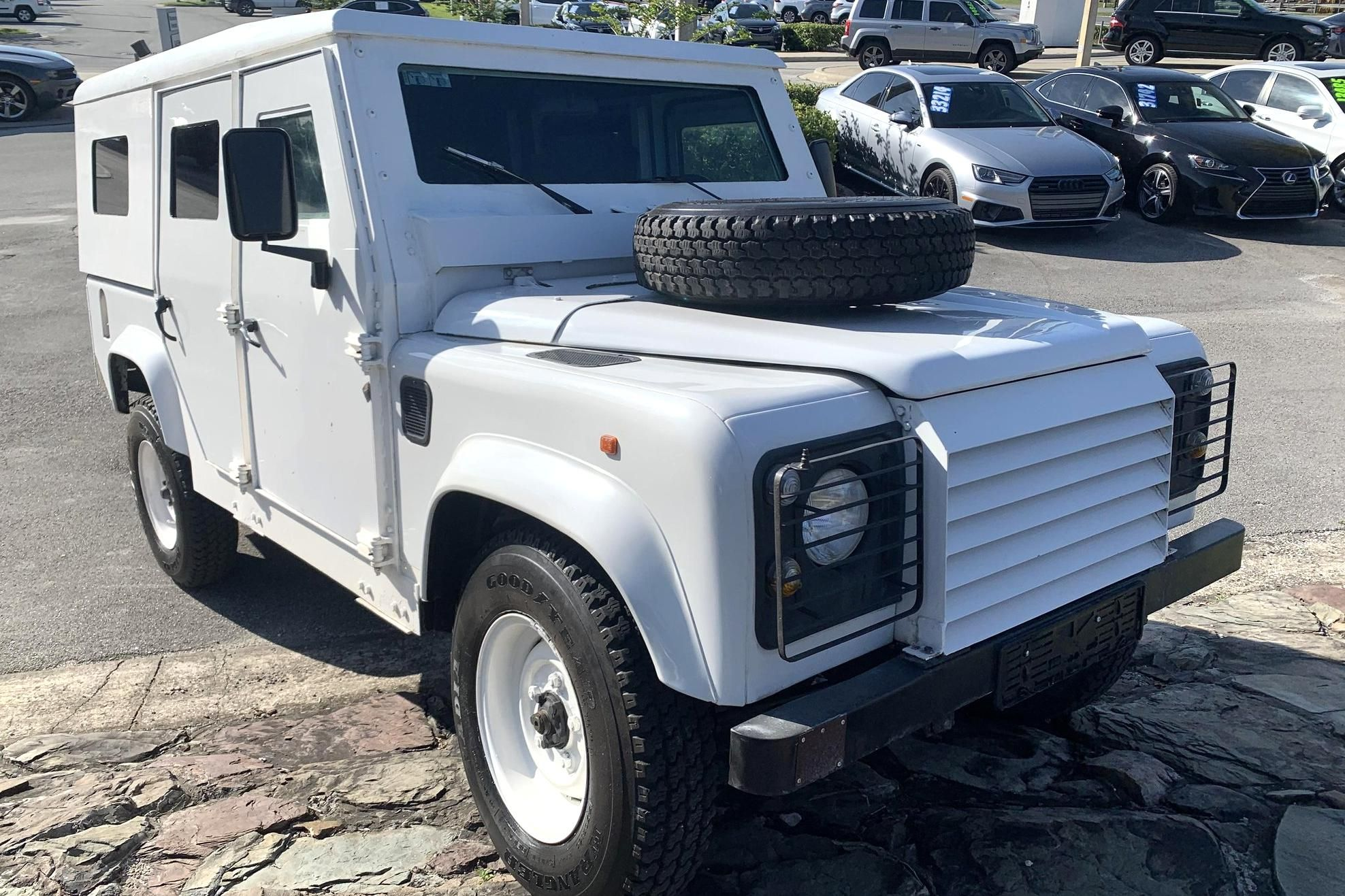 Cars & Bids is offering an armorclad Land Rover Defender for sale for just $20,000. The United Nations Organization deployed the car during an armed conflict in Bosnia and Herzegovina in the mid-1990s.