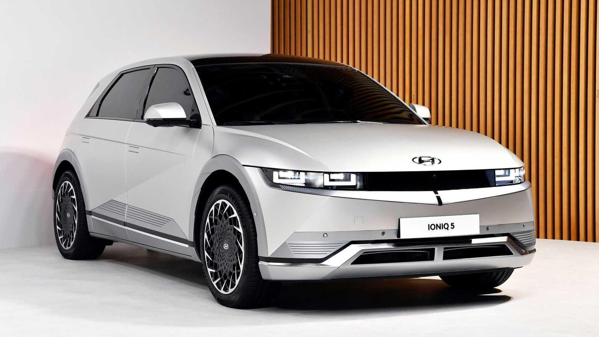 Hyundai представила Ioniq 5 еще в феврале, но сейчас компания готовится к показу американского варианта. Премьера состоится 24 мая, но уже сейчас известны важные технические параметры.