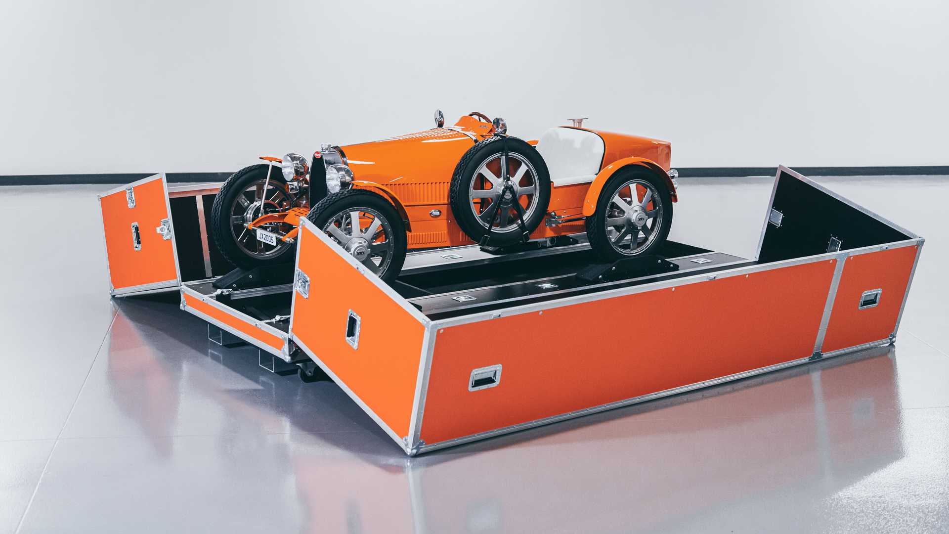 First buyers received their 3:4 replicas of the historical Bugatti Type 35 this week. The Little Car Company sells the road-legal imitation to children and those adults who think they will fit inside.