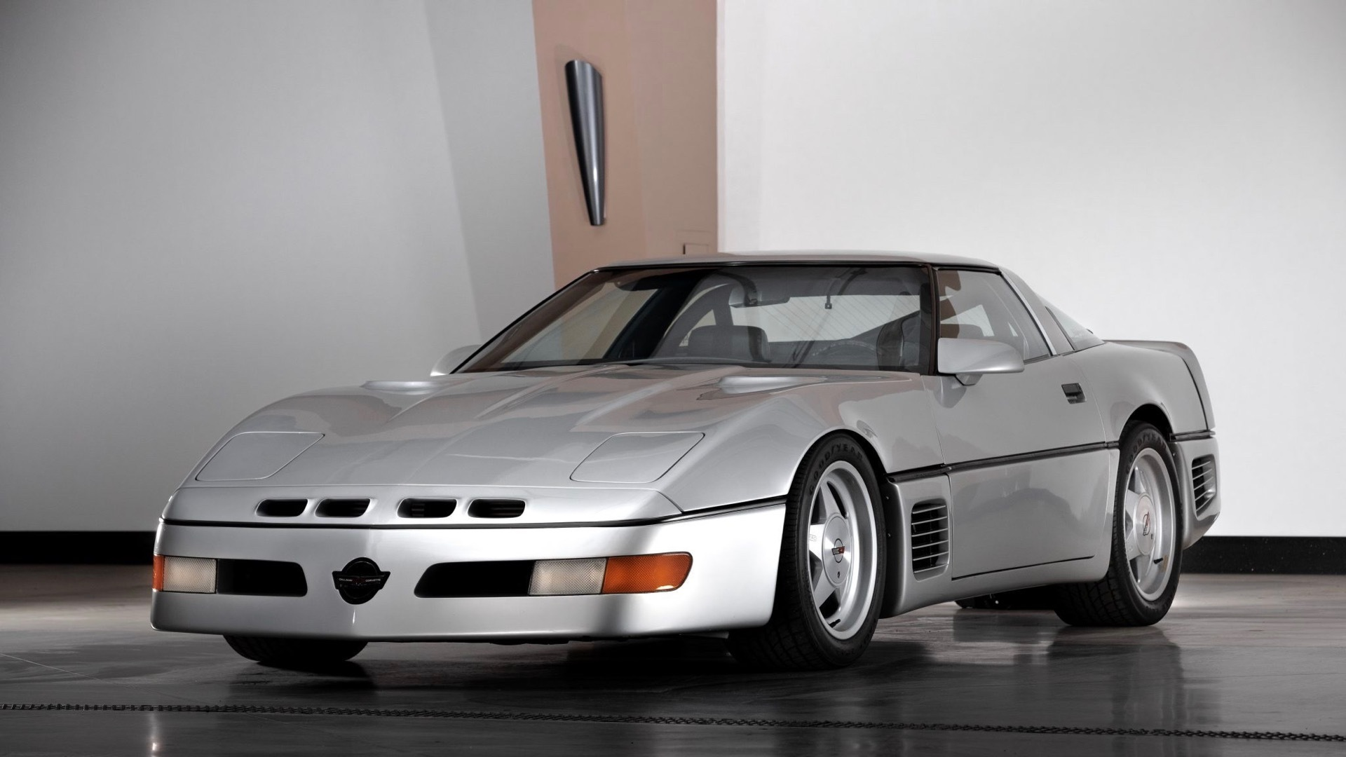 На онлайн-аукционе продаётся рекордный Chevrolet Corvette Callaway SledgeHammer: в 1988 году он стал самой быстрой дорожной машиной, а его скорость никто не мог превзойти 11 лет.