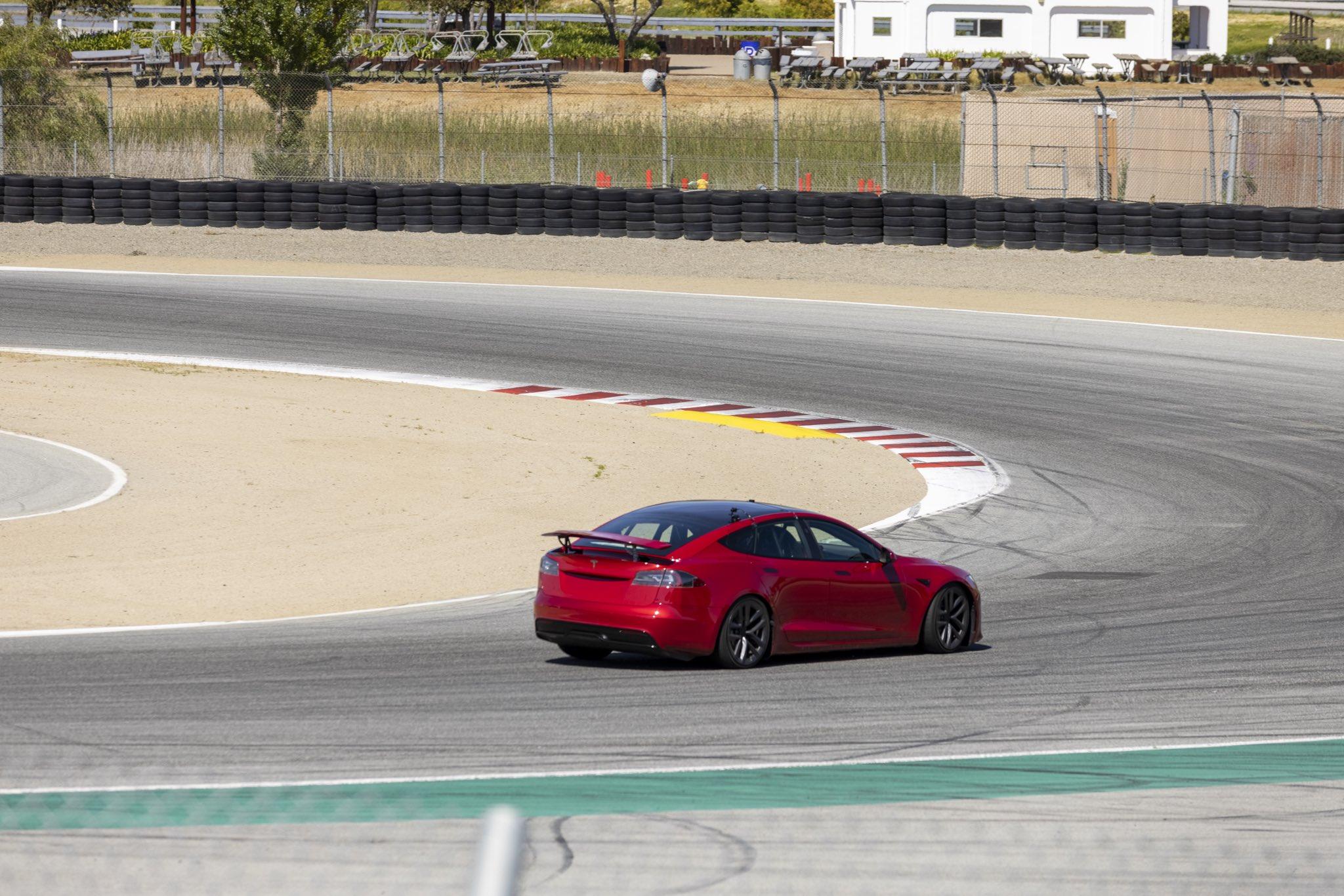 Tesla Model S в очередной раз выехала на трек Лагуна-Сека, причём обновлённый седан получил выдвижной спойлер.