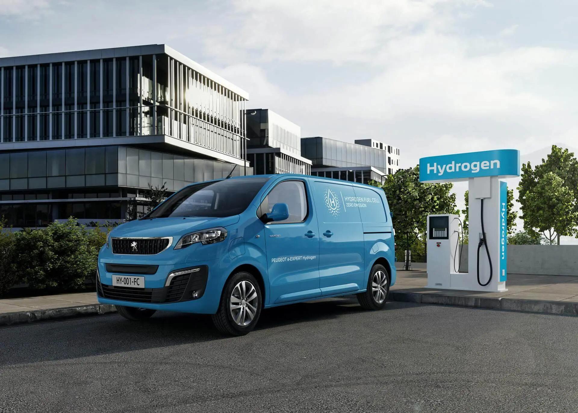 Электрический Peugeot e-Expert (на видео) на днях обзавелся новой модификацией: инженеры добавили водородных топливных ячеек. Такая версия способна проезжать минимум 400 км по европейскому циклу, что точно оценят коммерческие клиенты, на которых и рассчитана новинка.