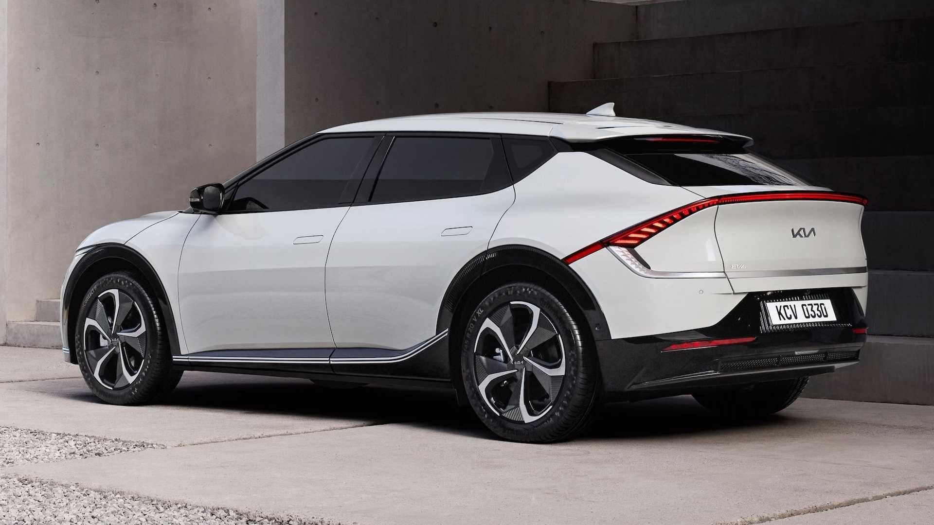 Kia объявила, что все 1500 экземпляров приветственной серии EV6 First Edition раскупили в первый же день. Всего нужно было внести лишь $100 депозита, чтобы зарезервировать электрокар. Полная стоимость особого исполнения составляет $58 500, а его поставки начнутся в первом квартале 2022 года.