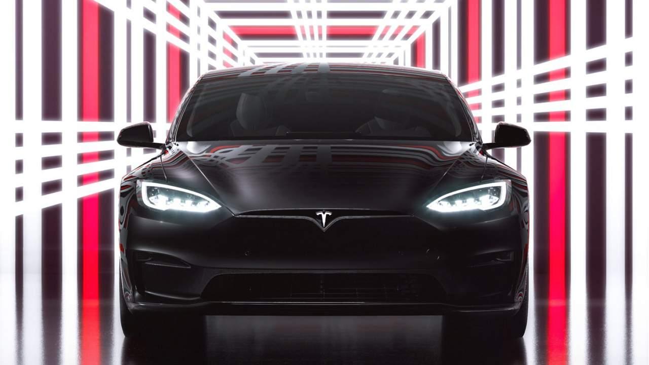 Босс фирмы Tesla Илон Маск рассказал о долгожданном начале поставок топ-версии лифтбэка Model S – Plaid – и раскрыл некоторые характеристики.