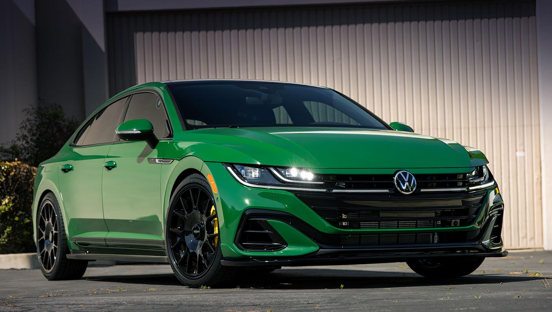 Volkswagen Arteon (см. видео) даже после модернизации не слишком популярен в Штатах: за прошлый год куплено всего 3 998 экземпляров, а за первый квартал 2021-го – 1 100. Чтобы подогреть интерес к модели, производитель подготовит шоу-кары при участии тюнеров: один уже представлен.