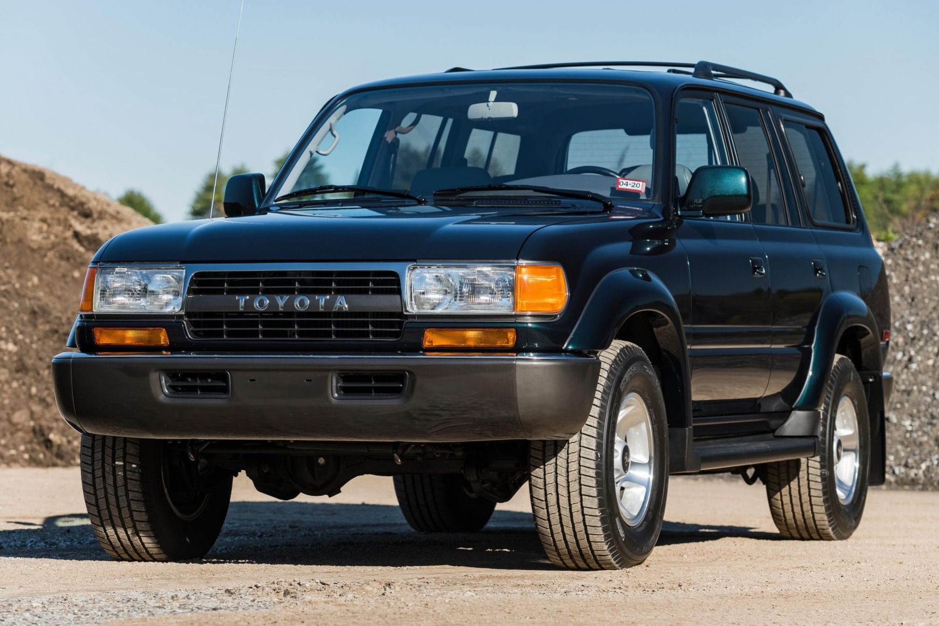 While Toyota is busy showing us the new generation of the Land Cruiser, an older 80 model with 27 years of age and only 1,000 miles (1,609 km) on the odo is set to go for more than U.S. $80,000 at an auction.