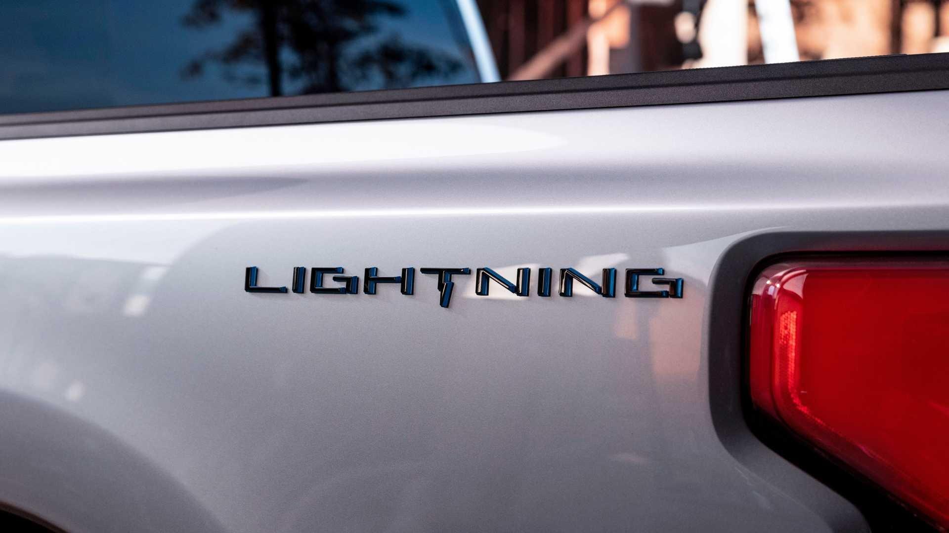 Американская компания «Форд» подтвердила, что общее количество предварительных заказов электрического пикапа Ford F-150 Lightning превысило 100 000. Такие цифры производитель получил всего за три недели. Это по-настоящему большой успех.