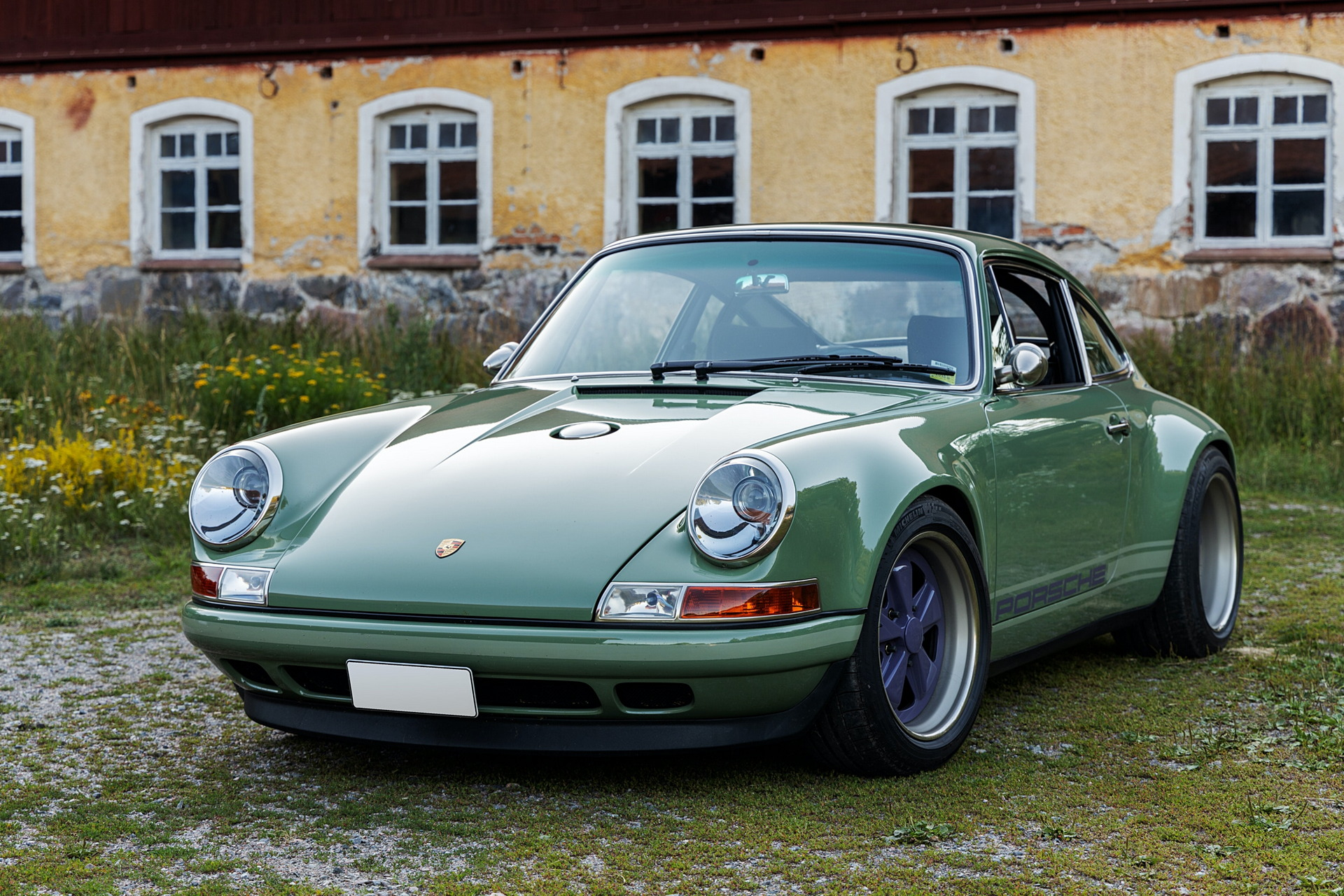 Ателье Singer Vehicle Design занимается штучной реставрацией спорткаров Porsche, и его бескомпромиссный подход к этому ответственному делу ценят крупнейшие коллекционеры мира. Сейчас в Великобритании продаётся уникальный Porsche 911 Brooklyn Commission; ставка уже превысила £500 000.