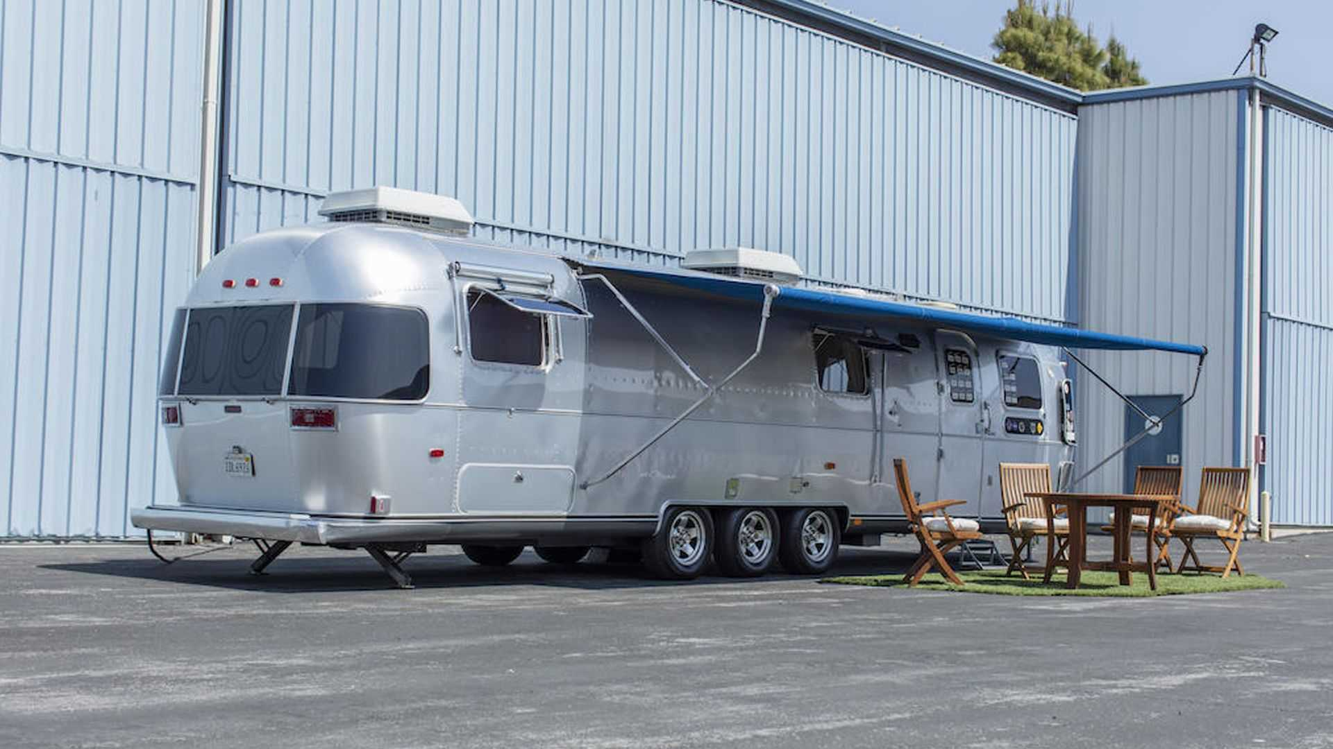 The Hollywood star had used his Airstream trailer for many years, including on filming sets. Now, the motorhome is heading to Bonhams and is expected to attract bids in the $150,000 – $250,000 range on August 13, 2021.
