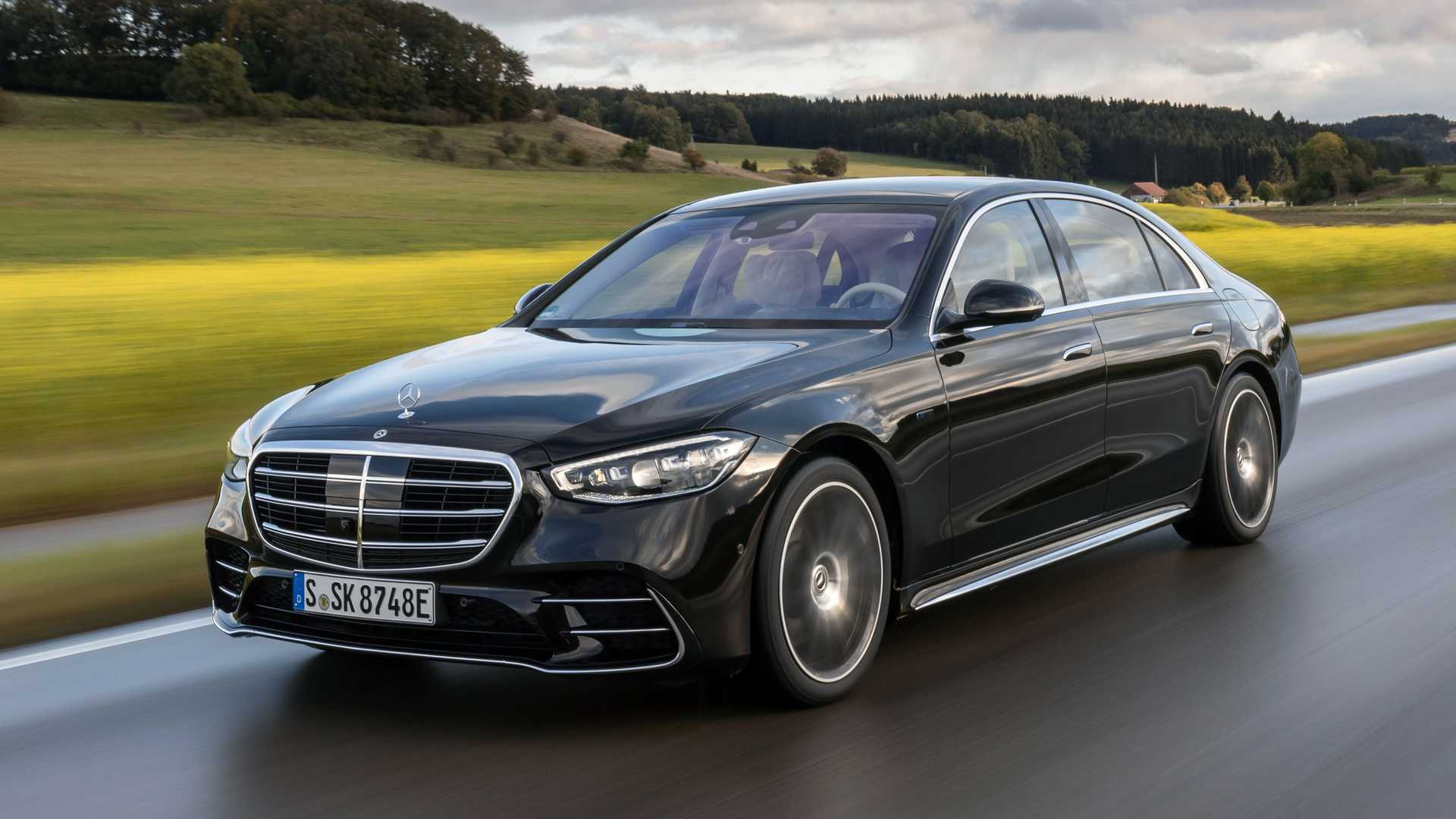 When Mercedes introduced its new S-Class, it mentioned a rechargeable S 580 e version, but it has not available for ordering in Europe until yesterday.