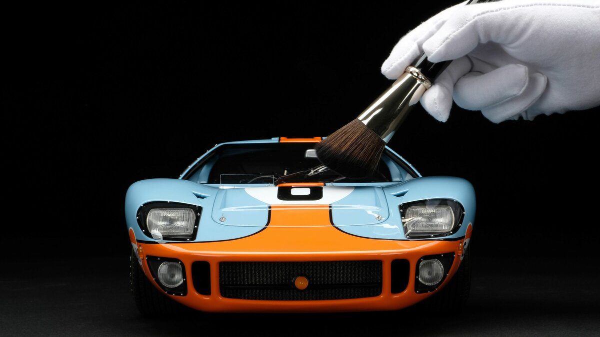 Amalgam's Ford GT40 scale model is a 1:8 reproduction, 51 cm (20 inches) long, assembled from thousands of parts, manually finished, and costs $13,035 in the USA.