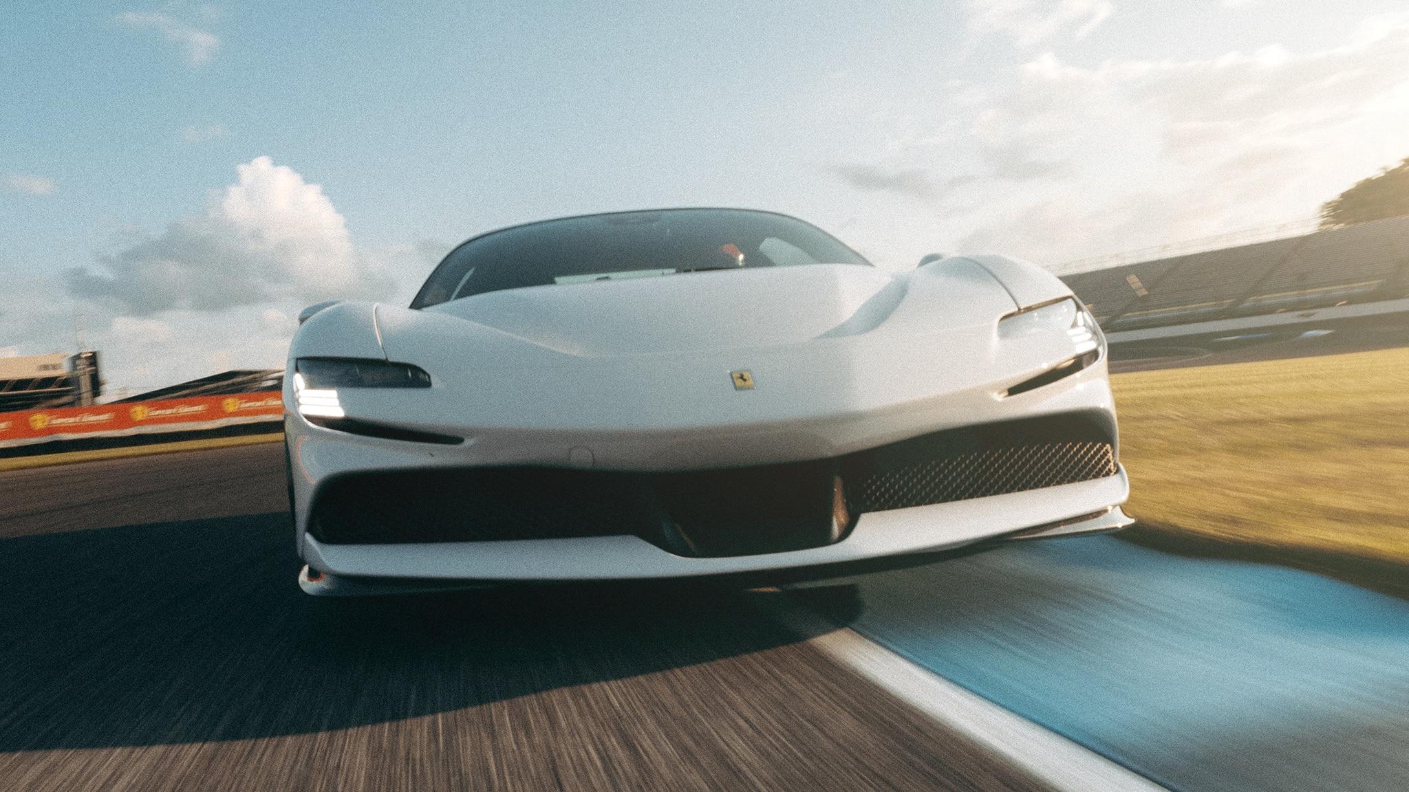 Ferrari SF90 Stradale прошёл трек Indianapolis Motor Speedway длиной 2,438 мили (3,925 км) в Индиане (США) за 1 мин. 29,625 с, достигнув 280,9 км/ч.