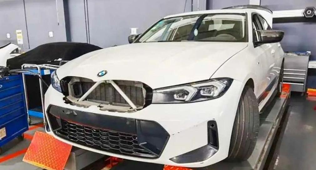 Весной фотошпионы поймали на тестах обновленный BMW 3 Series, но то был прототип, внешне почти не отличающийся от текущей версии. Теперь же в Сети обнаружился свежий снимок, проливающий свет на масштаб истинных изменений.