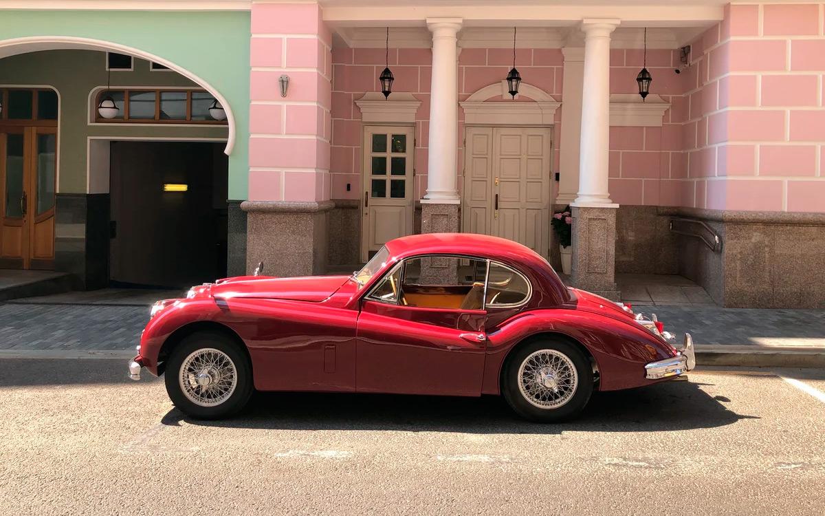 В Москве ищет нового владельца двухдверный Jaguar XK140, выпущенный в 1956 году: сейчас это единственный экземпляр модели, выставленный на продажу в России. За машину просят внушительные 9 млн. рублей, и на то есть свои причины.