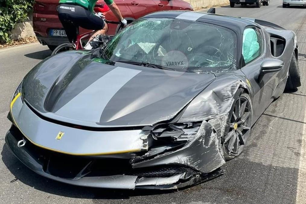 Мощнейший современный Ferrari – 1000-сильный гибрид SF90 Stradale – серьёзно пострадал в аварии.