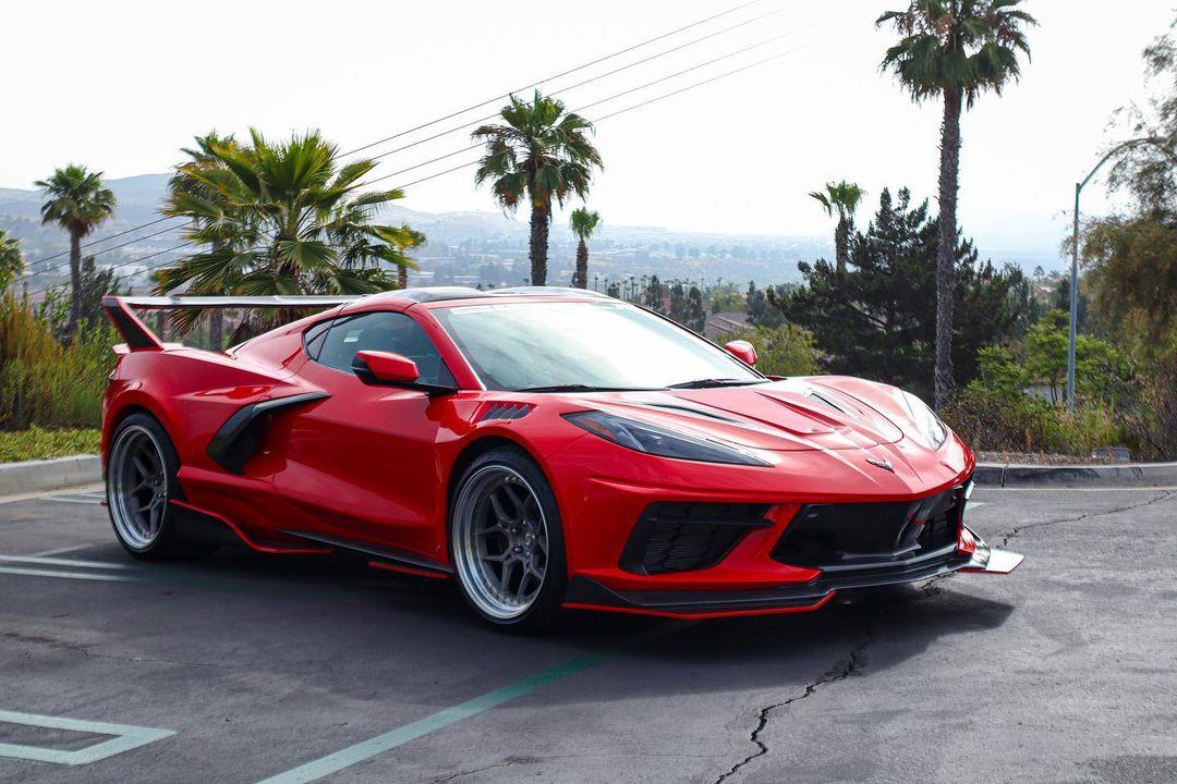 Глядя на дизайн среднемоторного «Корвета» VIII поколения, поневоле забываешь, что перед тобой не суперкар – до того он роскошен. Но ателье Sigala Designs всё равно решило, что его надо перекроить заново.