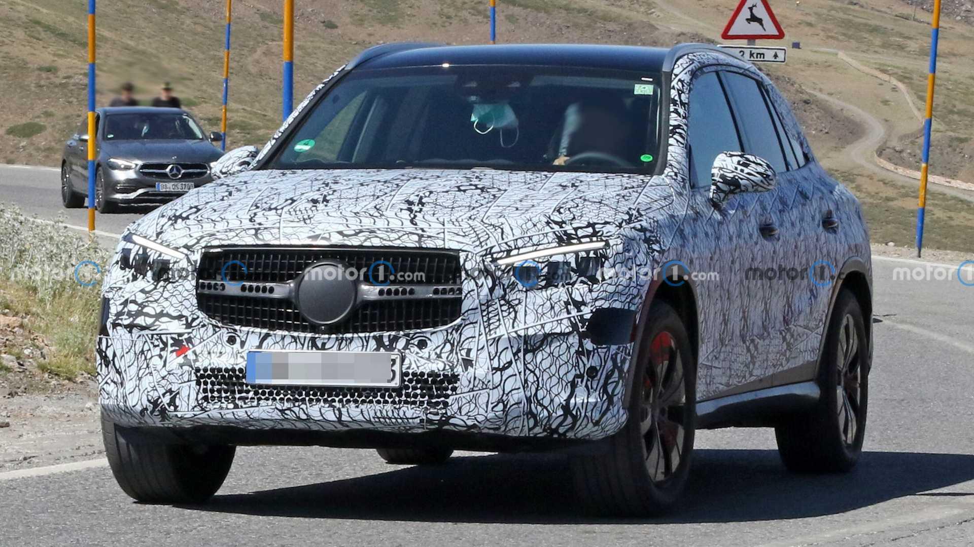 Нынешнее поколение Mercedes-Benz GLC серии X 253 оснащают разными моторами: это двухлитровые «четвёрки», трёхлитровые «шестёрки», четырёхлитровый V8 и два гибрида с подзарядкой. У преемника останутся лишь четырёхцилиндровые агрегаты – бензиновый M 254 и дизель OM 654 M, как у соплатформенного C-класса W206 на архитектуре MRA 2.