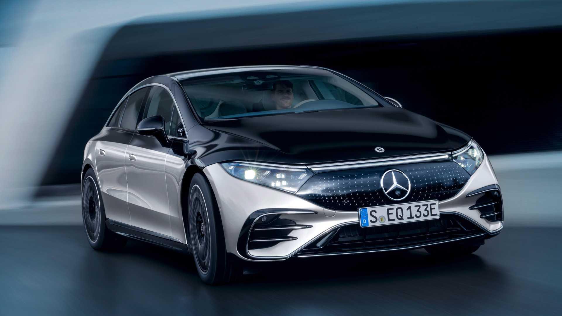 Mercedes-Benz EQS – полностью новый автомобиль, разработанный немецким брендом с нуля. Однако технологии он заимствует у обычного S-класса. В их числе – поворачивающиеся задние колеса.