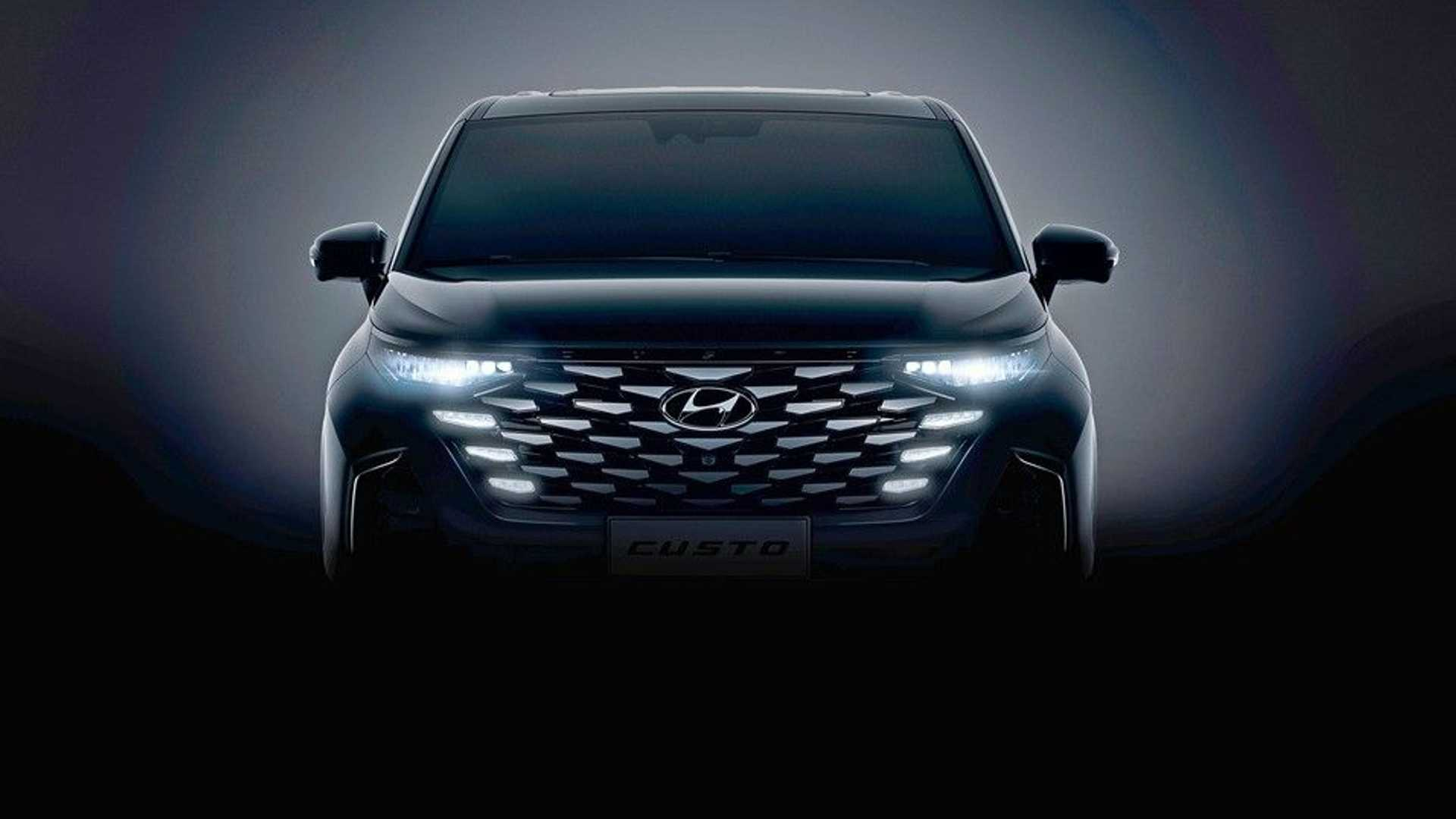 Hyundai's new minivan, which is dubbed the Custo, looks much like the latest-gen Tucson with its headlights, radiator grille, and brake light strip at the rear. The doors slide to open, and there is a small spoiler on the roof.