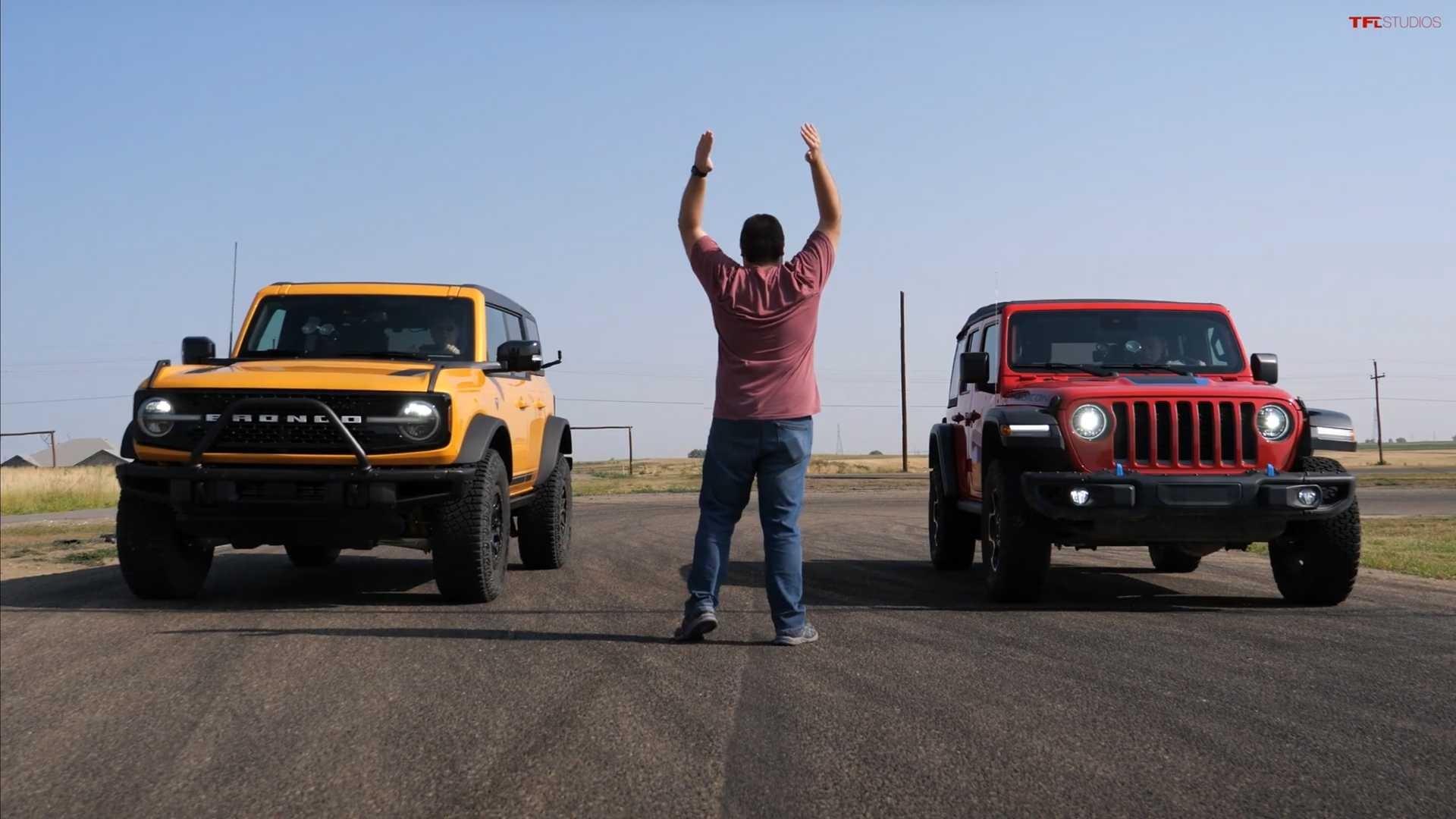 Борьба между Jeep Wrangler и Ford Bronco будет решаться не только в дилерских центрах, но и на четвертьмильной дистанции. Хотя ни один из них не создан для дрэг-стрипа, но это не помешало авторам канала TFLcar сравнить их в необычной гонке.