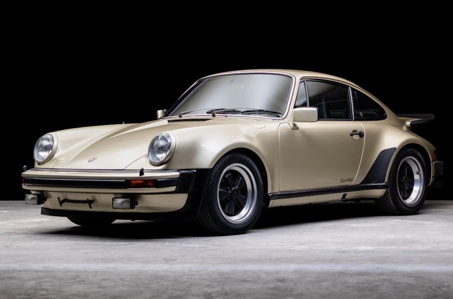 Компания Weekend Heroes (Германия), занимающаяся поиском, оценкой и реализацией раритетных машин, хочет получить 260 000 евро за 46-летний Porsche 911 Turbo с пробегом 72 000 км: новый 911 Turbo S дешевле.