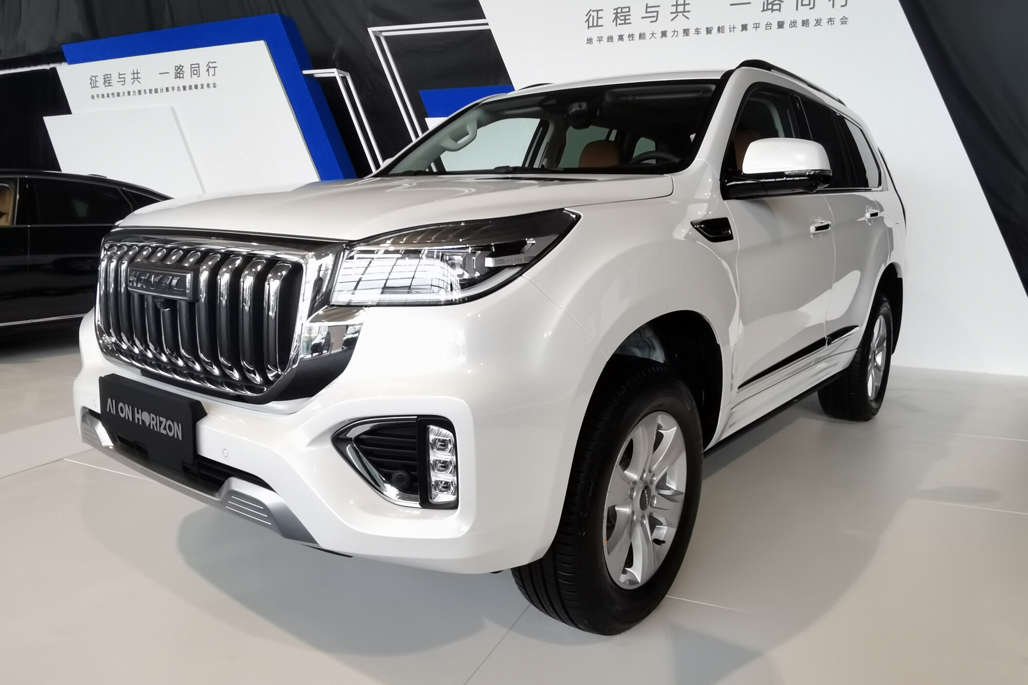 Mere days after the appearance of the first photos of the Haval H9 facelift online, the carmaker dispensed with the mystery and revealed the SUV in its full glory.