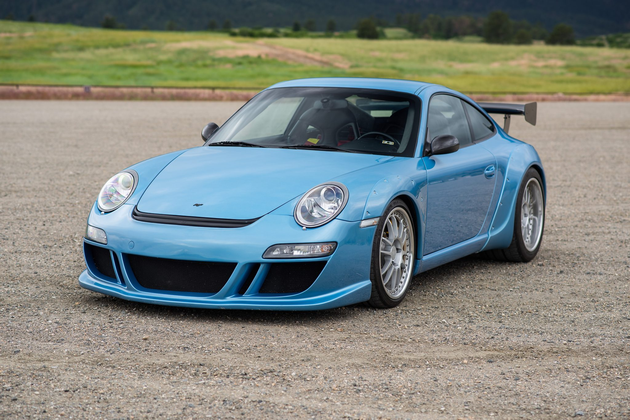 A splendid 2007 RUF RGT finished in Lake Placid Blue Metallic just found a new owner at an auction in the United States. Let's see what makes it unique.