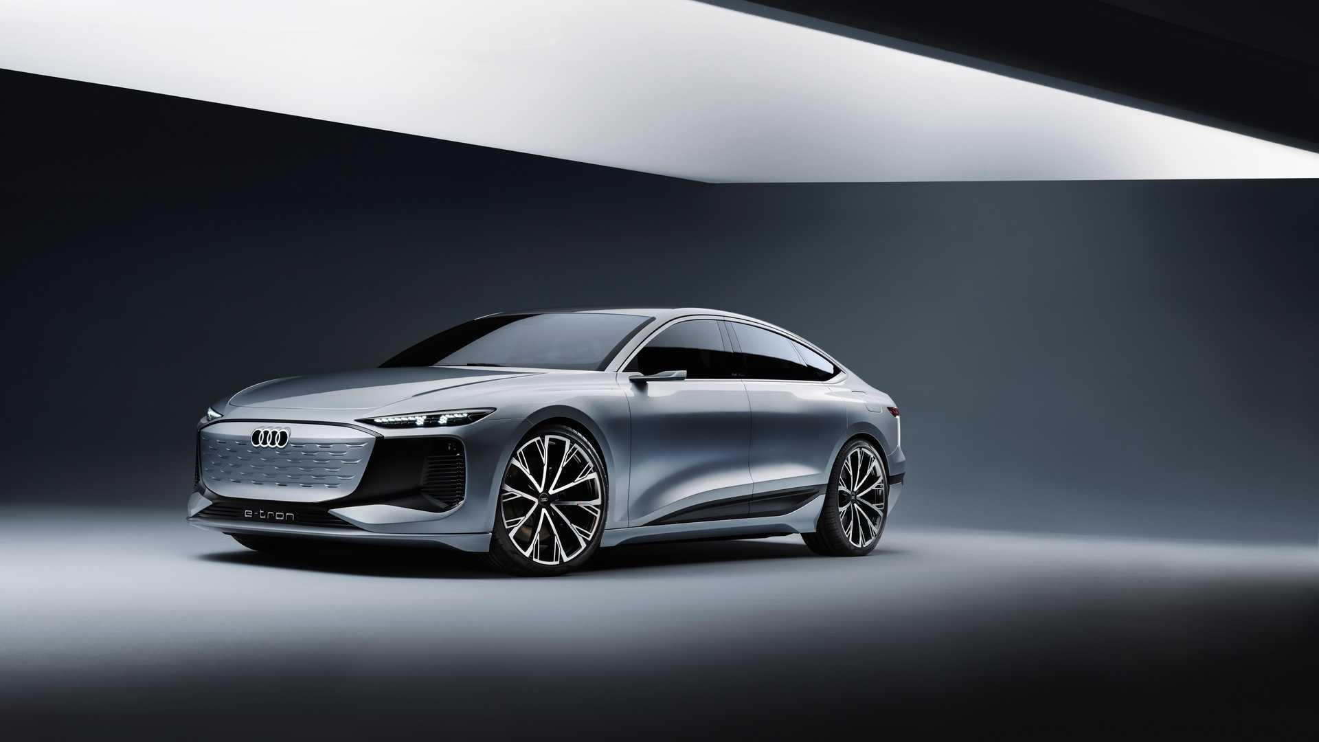 Концепт Audi A6 E-Tron дебютировал не так давно, в начале 2021 года, а его серийная версия может встать на конвейер уже в следующем. Об этом сообщил официальный представитель бренда в интервью Roadshow.