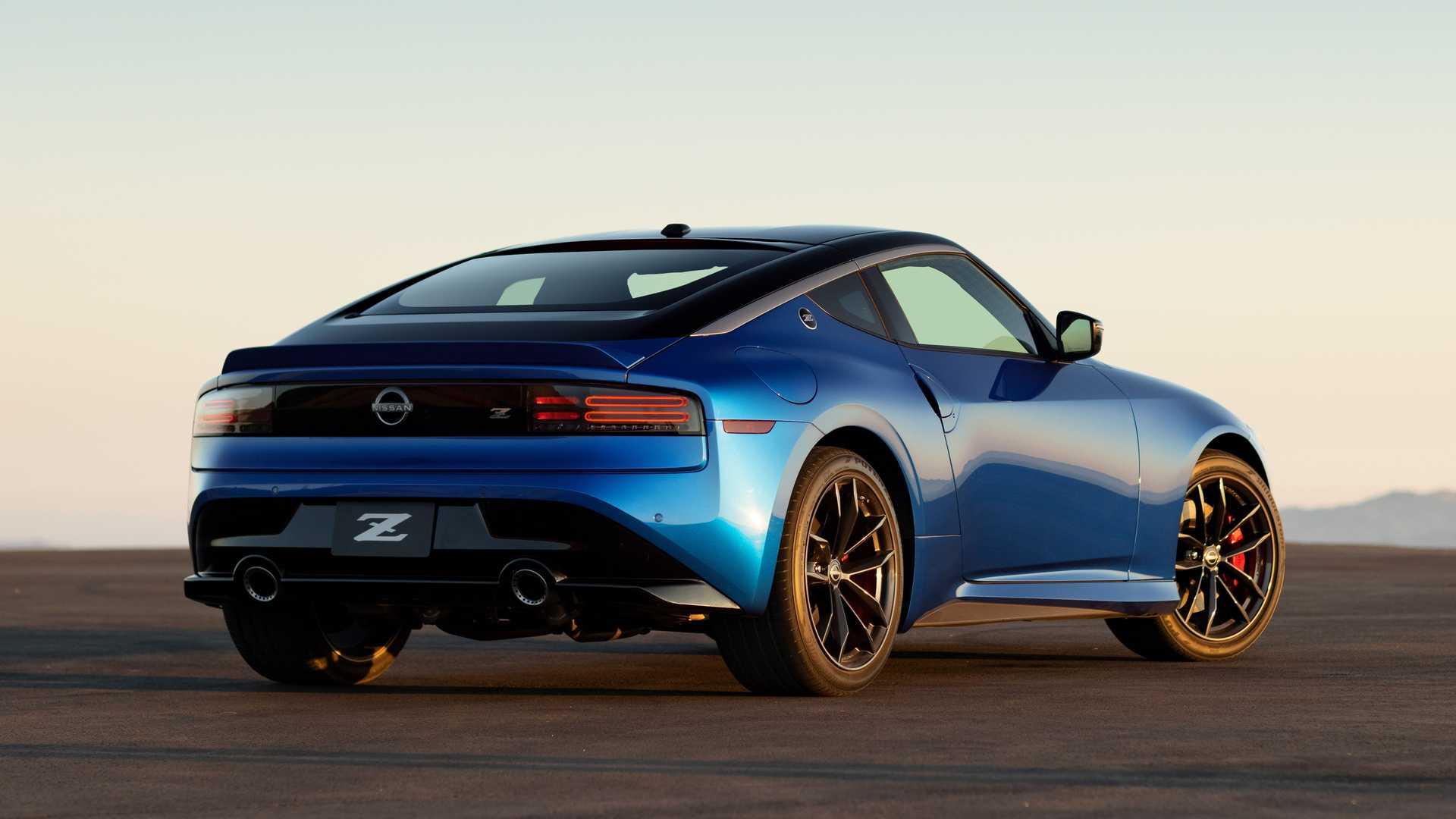 Более чем через десять лет после дебюта первого Nissan 370Z, наконец, появилась его замена. Познакомьтесь с Nissan Z – долгожданный спорткар дебютировал сегодня в Нью-Йорке с V6 с двойным турбонаддувом и дизайном, почти идентичным концепции Z Proto, которую мы видели меньше года назад. Цены пока не объявлены.