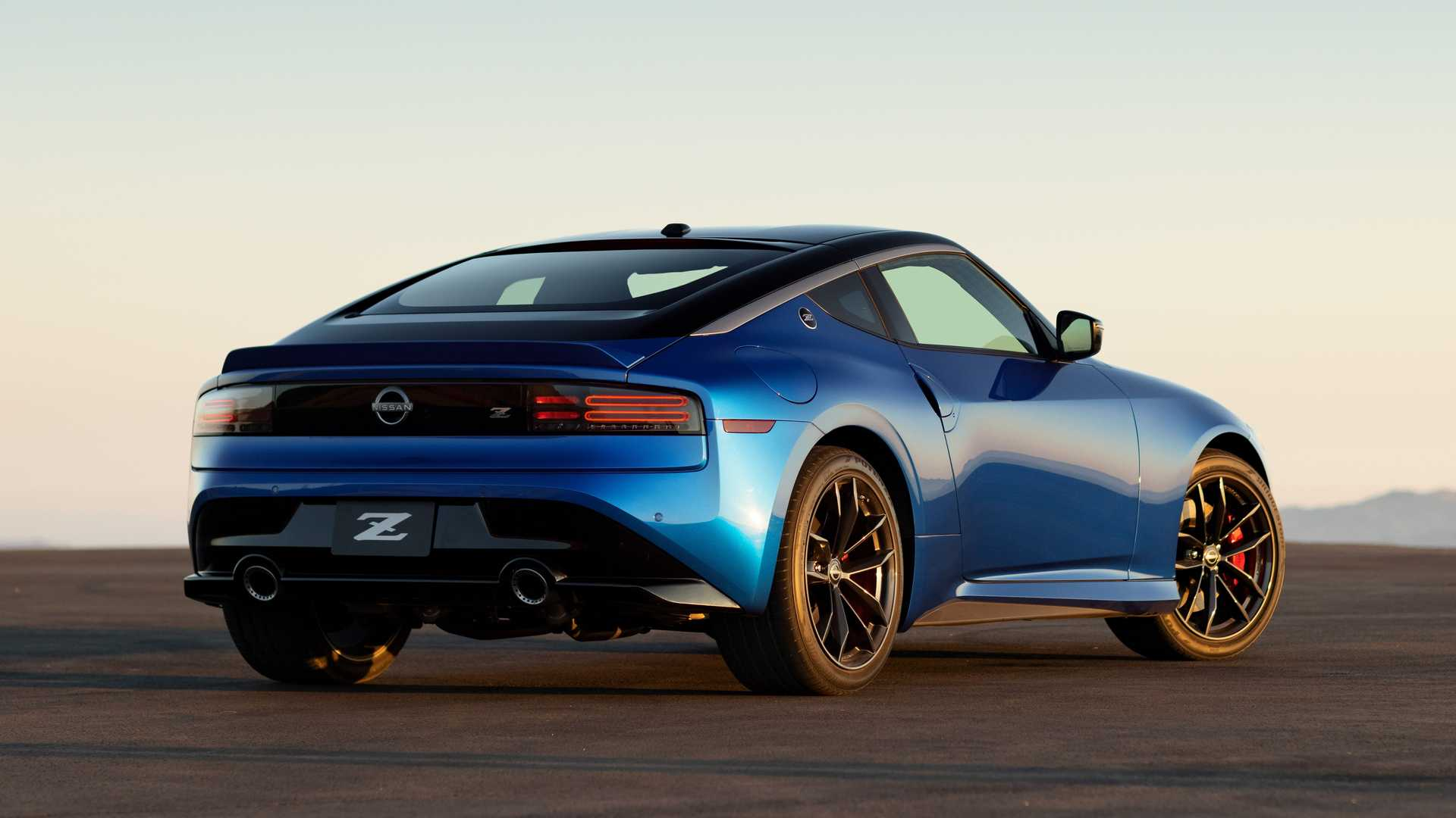 After more than ten years since the coming of the original Nissan 370Z, a replacement arrives at last. Meet the Nissan Z, a long-anticipated sports car that debuted in New York today with looks nearly identical to the last year's Z Proto Concept and dual turbos.
