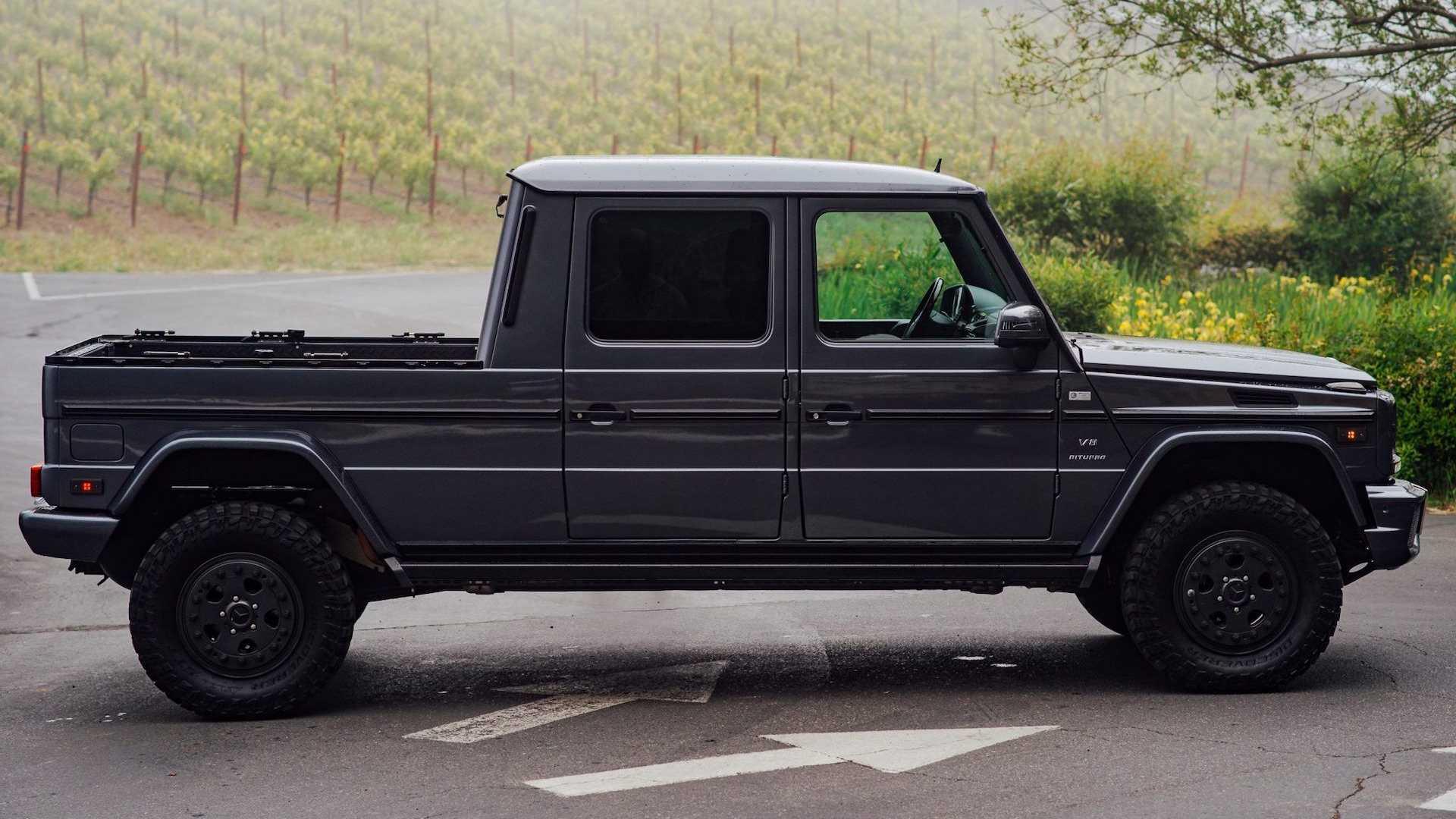 В Штатах продаётся Mercedes-Benz G500, превращённый в пикап нидерландским тюнером ikWILeenG. До завершения аукциона ещё несколько дней, а последняя ставка равна $60 000.