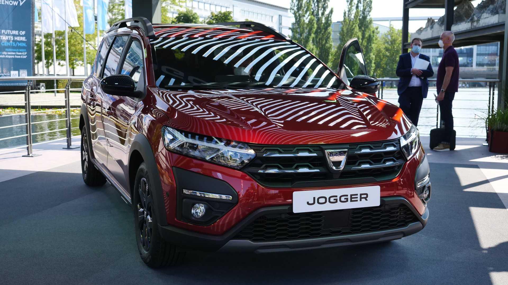 У Dacia в Европе все очень хорошо: в июле этого года Sandero обошел Volkswagen Golf по продажам. Бренд намерен и дальше расширять свою линейку, предлагая автомобили для всех сегментов. Недавно мы узнали про универсал Jogger, а теперь он официально дебютировал в рамках автосалона в Мюнхене.
