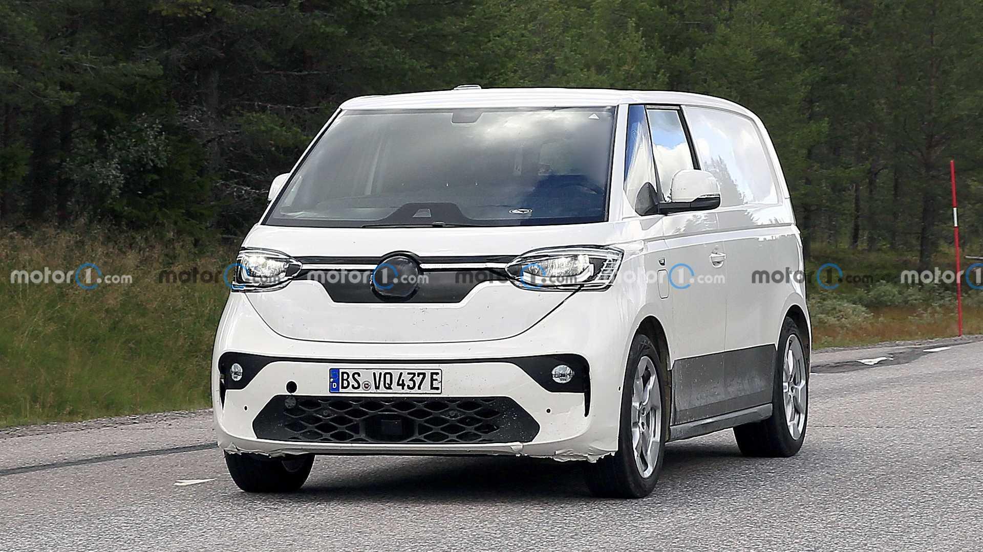 Предлагаем вам свежий взгляд на серийную версию батарейного Volkswagen ID Buzz. Он дебютирует в следующем году и должен приехать в США во второй половине 2023-го.
