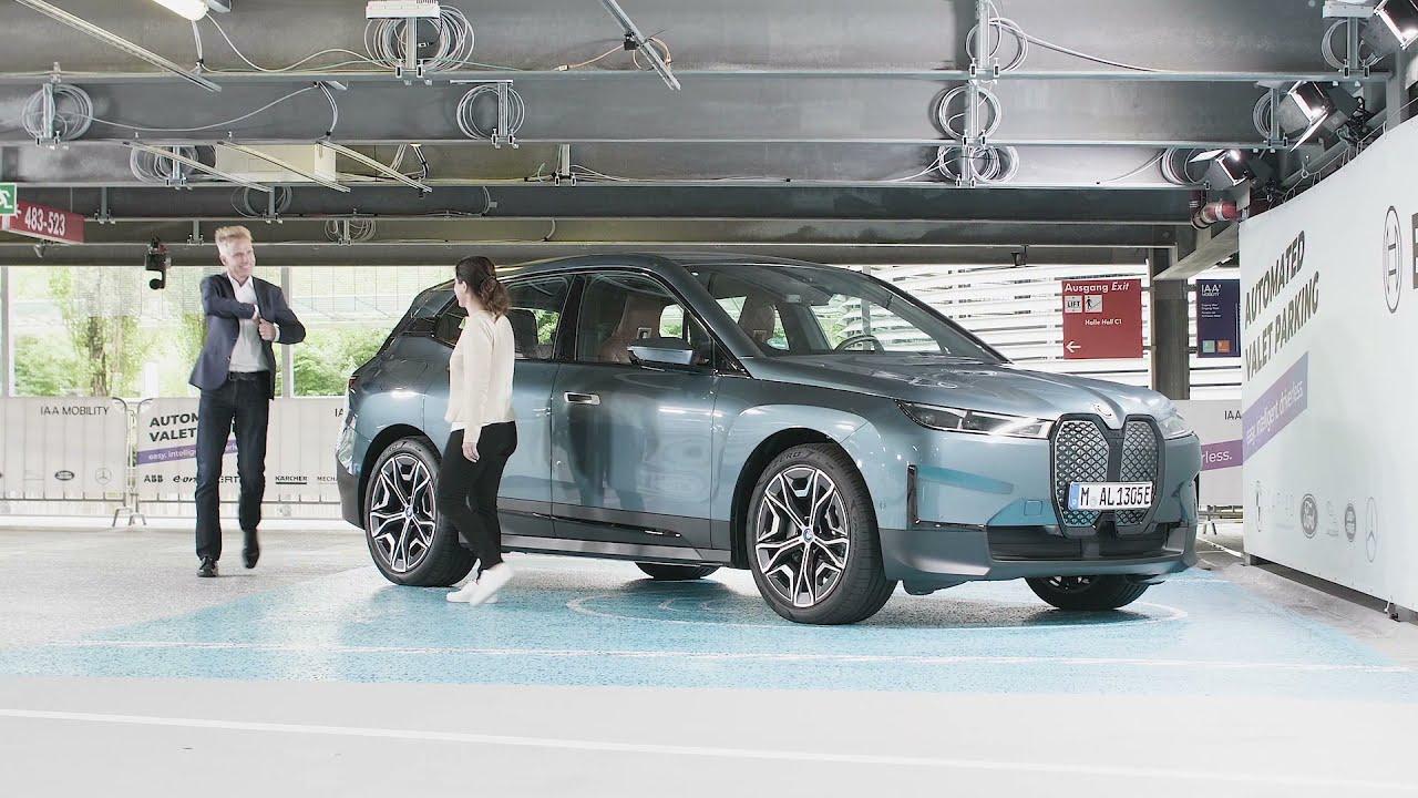 На YouTube опубликован ролик, демонстрирующий работу автономного управления электрического кроссовера BMW iX. Автомобиль может сам найти место на стоянке, зарядить батарею и заехать на мойку.