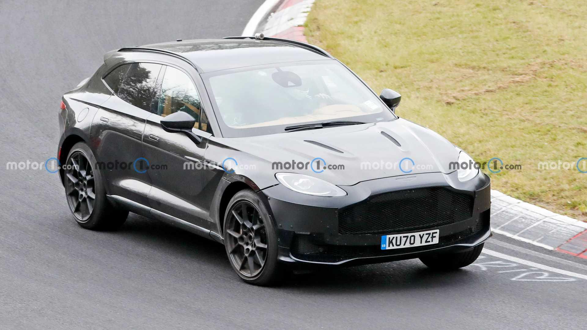 DBX – очень важная машина для Aston Martin, которая приносит большой доход. В будущем, как мы знаем, его семейство может разрастись до шести моделей. Накануне фотографы заметили тестовый прототип, который ехал по «Северной петле» в приличном темпе. Кажется, это один из тех шести, готовящихся к дебюту.