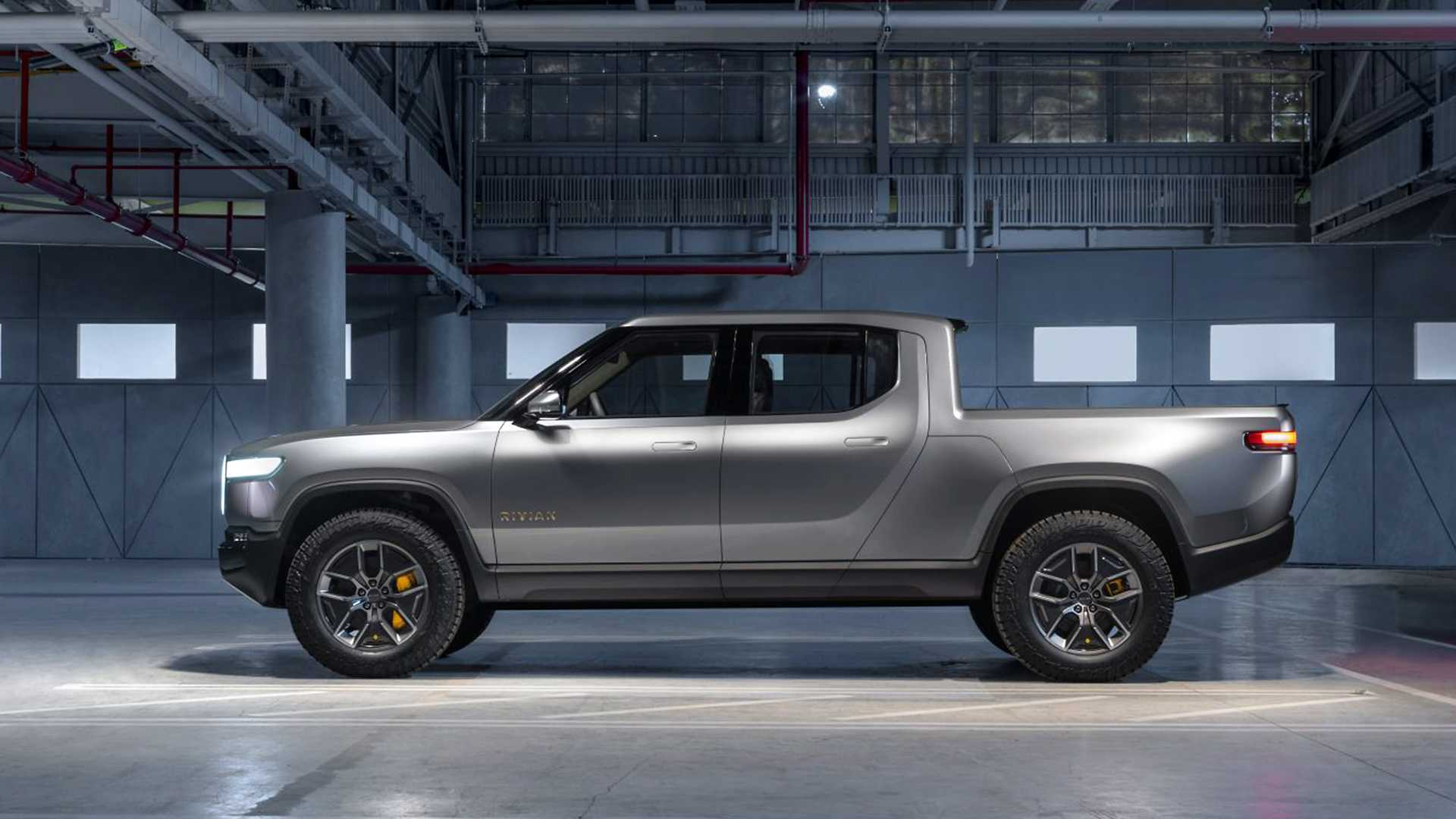 Rivian R1T был представлен в виде концепта еще в 2019 году, а теперь он стал, наконец, серийным. Первые экземпляры сошли с конвейера на заводе в Иллинойсе. Об этом сообщил основатель бренда.