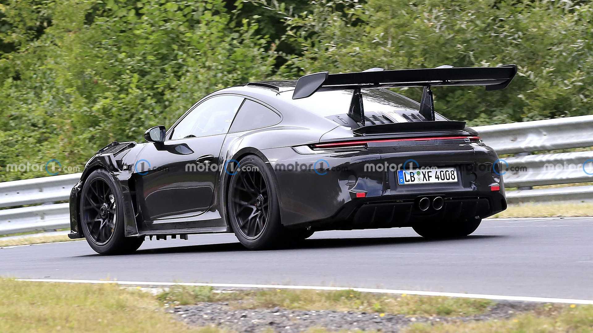 Накануне в Сети была опубликована очередная порция шпионских снимков нового Porsche 911 GT3 RS. Маскировка все еще присутствует, но даже она не в состоянии скрыть тот факт, что машина будет еще агрессивнее, чем раньше.