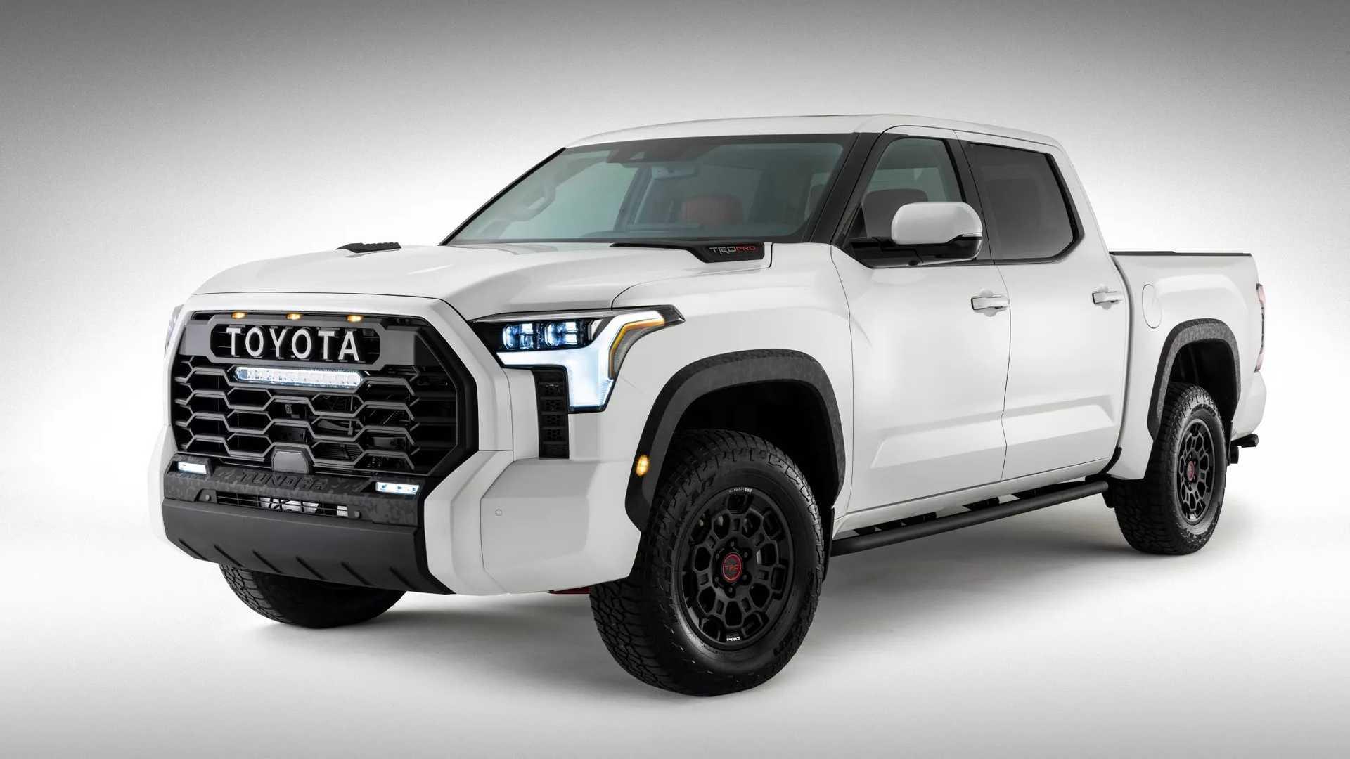 Не так давно Toyota оказалась в затруднительном положении, когда просочившееся в Сеть изображение раскрыло внешний вид Tundra следующего поколения. Автопроизводитель быстро опубликовал официальную фотографию, подтверждающую дизайн пикапа, но с тех пор мы мало о нем узнали.