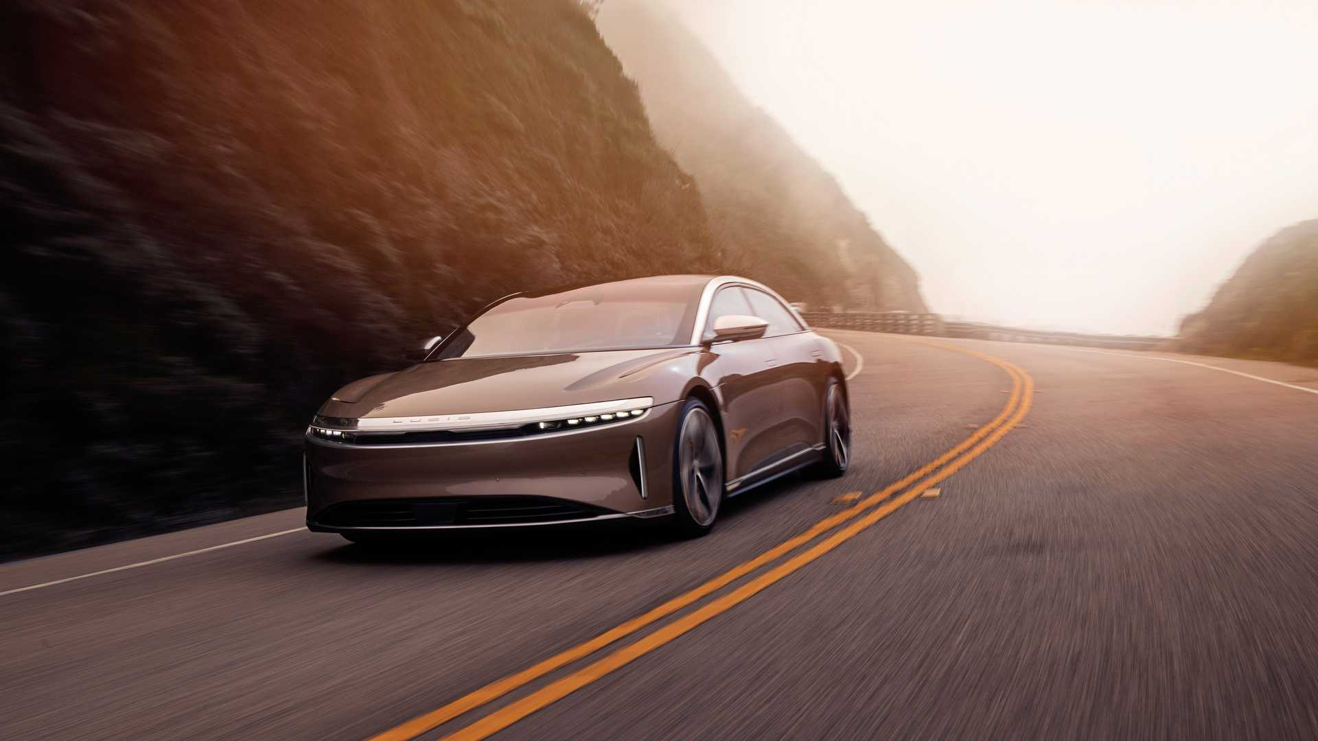 До вчерашнего дня самым дальнобойным электрокаром в США считался Model S Long Range от «Теслы». Он проезжает 652 км. Теперь же эксперты признали победителем Lucid Air в исполнении Dream Edition Range: седан преодолевает 837 км (ЕРА).