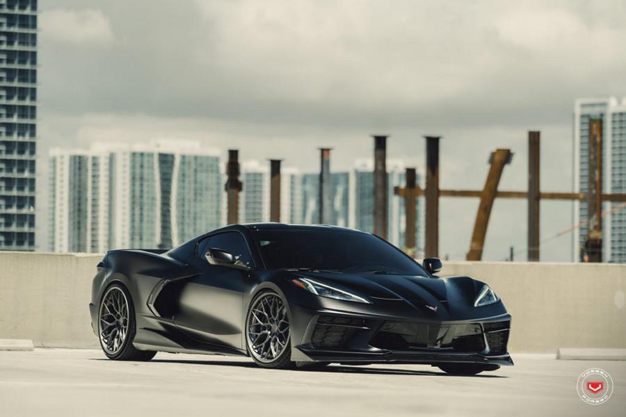 Новый среднемоторный «Корвет» обладает характерной узнаваемой внешностью, но некоторым владельцам этого мало. Им-то и предназначается особо роскошный набор кованых дисков S17-01 от Vossen Wheels.