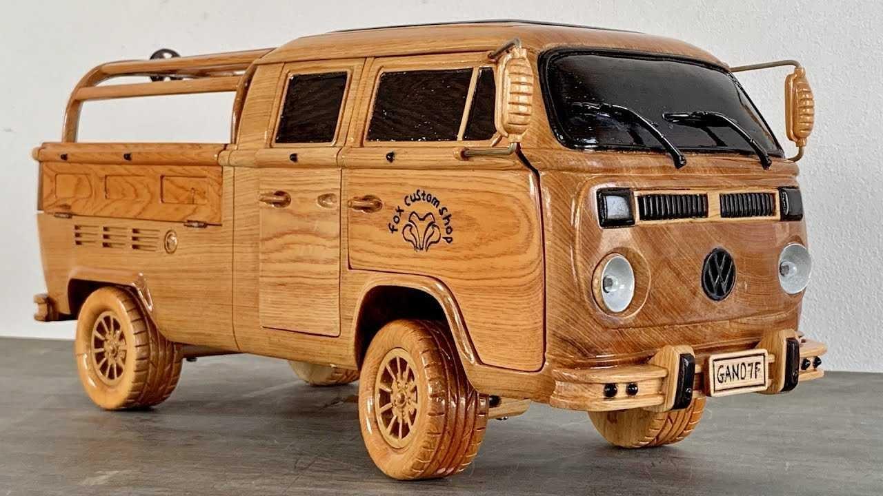 Классический фургон «Фольксваген» хорошо известен многим автолюбителям. На его основе выходили разные версии: были и автобусы, и кемперы и пикапы. Одаренный плотник решил поностальгировать и выпустить детализированную реплику из дерева.