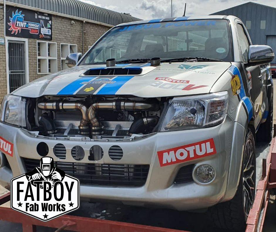 Движок с кодовым обозначением 1GZ-FE в среде тюнеров практически неизвестен – им оснащалось исключительно второе поколение роскошного седана Toyota Century для высокопоставленных чиновников Японии. Тем не менее, мастерская FatBoy Fab Works раздобыла себе экземпляр и трансплантировала его под капот грузового Hilux.