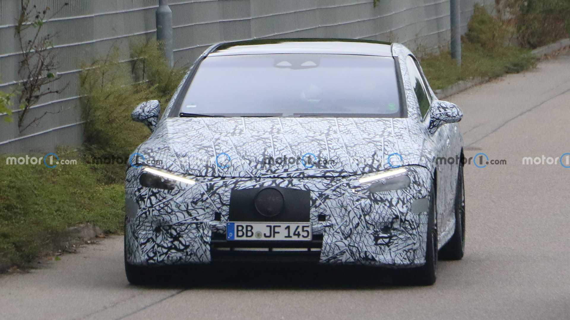 Mercedes-Benz EQE был представлен совсем недавно в Мюнхене, а теперь фотошпионам попалась на тестах его «заряженная» версия с задним спойлером и увеличенными двуцветными «катками».