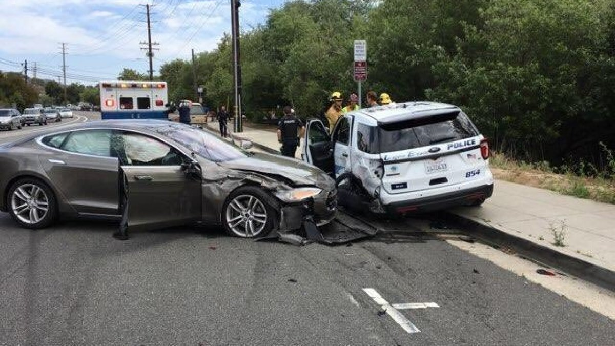 Tesla cars will soon be able to automatically slow down upon noticing flashing lights of police and ambulance cars in the dark, rather than colliding with them head-on like they often did before. The feature will be added in the 2021.24.12 update for the Model 3 and Model Y.
