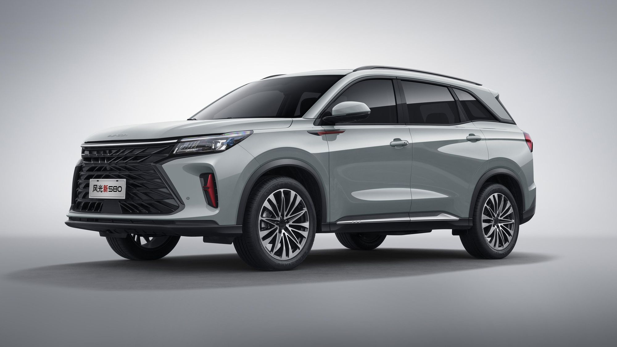 Dongfeng has launched pre-orders for a new compact crossover SUV, the Fengguang 580. The car is rather large for its class, but manages to cost between $15,000 and $20,000 USD (96,000 – 130,000 CNY).