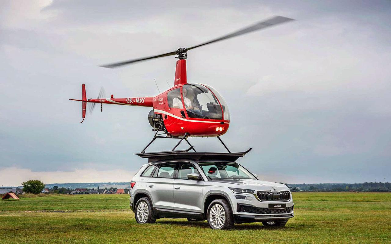 Фирма Skoda выложила ролик с повтором трюка, выполненного десять лет назад в телепередаче Top Gear: настоящий вертолёт приземлился на крышу машины. Впрочем, у британцев всё было сложнее: их паркетник Skoda Yeti в момент посадки ехал.