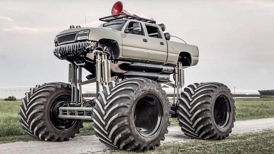 Создатель экстремального грузовика Monstermax 2 утверждает, что этой самый массивный автомобиль такого класса в мире, и спорить с ним сложно. Чудовищная махина весит 22,6 тонны и располагает двумя двигателями совокупной отдачей 1400 л. с.