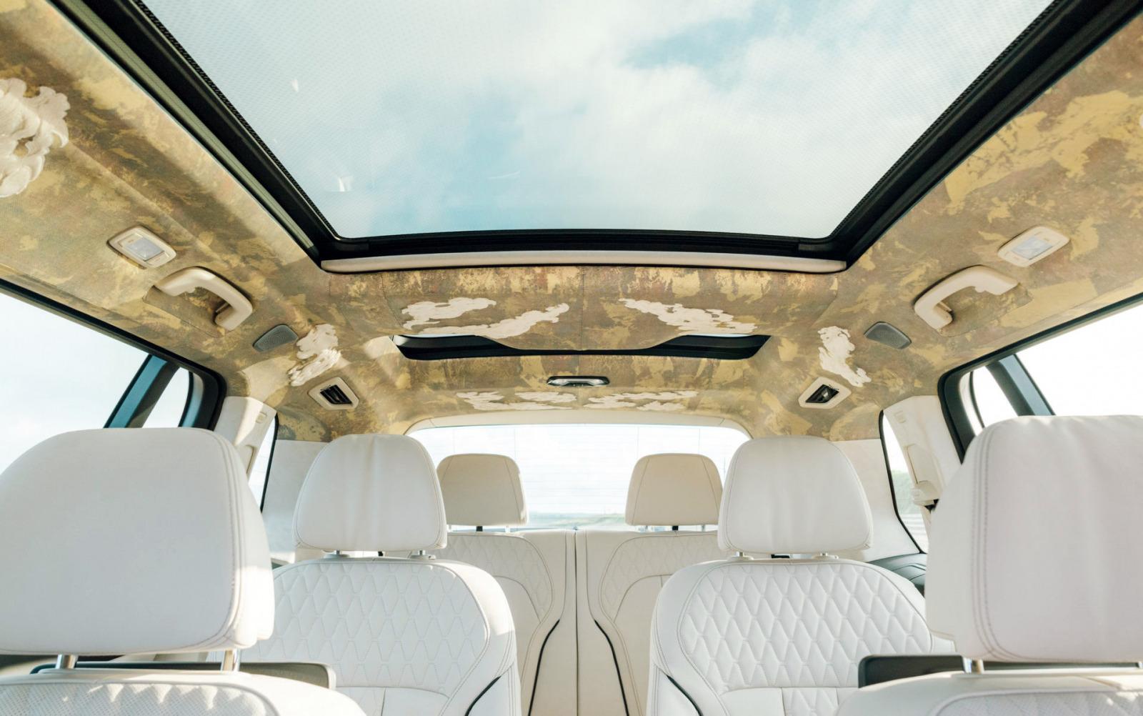 Фирма BMW показала спецверсию X7 для Японии – Nishijin Edition: в серию войдут всего три экземпляра с особой переливающейся окраской кузова и отделкой интерьера в традиционном японском стиле.