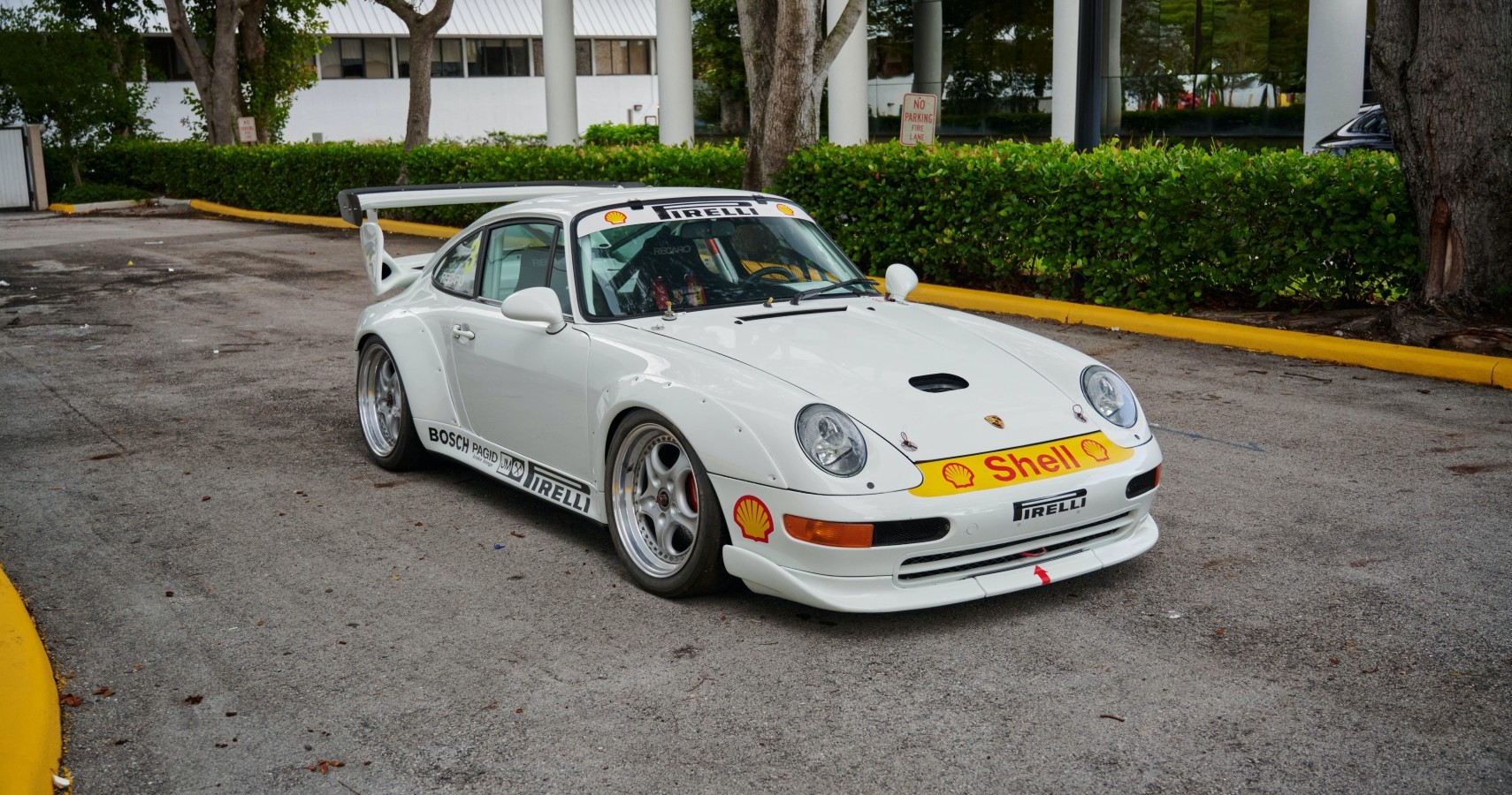 На продажу выставлен 26-летний Porsche 911. Изначально это была трековая версия Carrera RS, однако множество доработок превратило автомобиль в RSR Evo с изменённым двигателем. Заявлено, что спецификации дают возможность назвать спорткар крайне редким. Нынешняя ставка – $115 000.